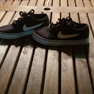 Nike shoes, black and white size 4Y